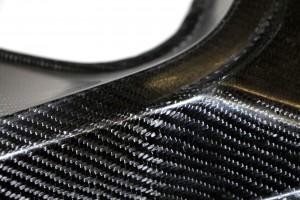 Leichtbau ist ein wichtiges Thema im Automobilbau, ebenso wie in der Luft- und Raumfahrt. Autobauer setzen heute zunehmend auf faserverstärkte Kunststoffe. Die Fasern, die in die Kunststoffmatrix eingebettet werden, geben dem Material zusätzliche Festigkeit. Welches Material man dabei verwendet, hängt von der späteren Anwendung ab. So findet man bei der Formel 1 vor allem Carbonfasern. Ein Manko ist jedoch ihr hoher Preis, auch ihre Verarbeitung ist schwierig. Dies sind die Gründe, weshalb Carbon- faserverstärkte Kunststoffe (CFK) bisher noch nicht den Weg in die breite Serienproduktion gefunden haben. Glasfasern dagegen sind zwar preiswert, aber vergleichsweise schwer. Neue Forschungsansätze von Forschern des Anwendungs- zentrums für Holzfaserforschung HOFZET des Fraunhofer-Instituts für Holzforschung, Wilhelm-Klauditz-Institut WKI in Braunschweig können dies künftig ändern. Vorteile vereinen, Nachteile beseitigen  Die Wissenschaftler setzen auf Naturfasern pflanzlichen Ursprungs. Varianten aus Hanf, Flachs, Baumwolle oder Holz sind ähnlich kostengünstig wie Glasfasern und sind zudem leichter als die Pendants aus Glas oder Carbon. Ein weiterer Vorteil: Verbrennt man sie am Ende ihres Lebenszyklus, erzeugen sie zusätzliche Energie – ohne Rückstände. Allerdings reicht ihre Festigkeit nicht an die der Carbonfasern heran. »Je nach Anwendung kombinieren wir daher Carbon- mit verschiedenen biobasierten Textilfasern«, sagt Prof. Dr.-Ing. Hans-Josef Endres, Leiter des Anwendungszentrums für Holzfaserforschung. Die Fasern liegen oftmals als Matten vor, die entsprechend aufeinander gelegt und von der Kunststoffmatrix umhüllt werden. »Dort, wo die Bauteile stark beansprucht werden, nutzen wir die Carbonfasern, an den anderen Stellen Naturfasern. So können wir die Stärken der jeweiligen Fasern vereinen und die Nachteile zum großen Teil beseitigen.« Das Ergebnis: Die Bauteile sind kostengünstig, haben eine sehr hohe Festigkeit, gute akustische Eigenschaften und sind deutlich ök
