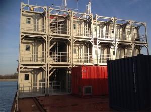 Dreistöckiges Containergebäude auf einem Versorgungsschiff / Pressebild
