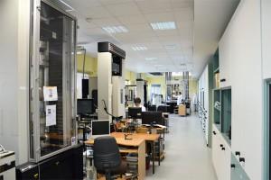 Mechanische Testsysteme im Labor von Cetim zur Prüfung von Flugzeugkomponenten aus Verbundwerkstoffen.   (Quelle der Bilder: Cetim/Proxima)
