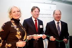 """Heute, am 3. Februar 2015, wurde das neue """"Technologiezentrum Energie-Campus Hamburg"""" der HAW Hamburg am Schleusengraben in HH-Bergedorf eröffnet. Dazu fand ein symbolischer Akt statt:. V.l.n.r.: Prof. Dr. Jacqueline Otten, Prof. Dr. Werner Beba, Olaf Scholz. Foto: Paula Markert/HAW Hamburg"""