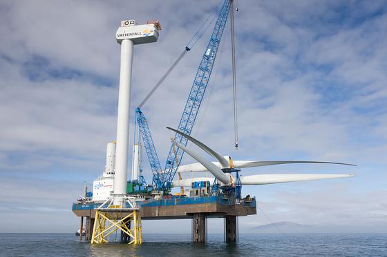 Errichtung der ersten von insgesamt 30 Offshore-Windturbinen / Pressebild: Vattenfall