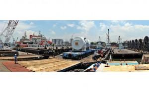 Roll Off einer 310 Tonnen schweren Gasturbine auf 28 Achslinien SCHEUERLE SPMT in Singapur. Der präzise Achsausgleich und die elektronische Vielweglenkung der Fahrzeuge sorgt für einen sicheren Entladeprozess. / Pressebild: Scheuerle