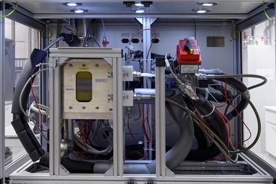 An Testständen wie diesem werden bei NEXT ENERGY anwendungsspezifische Lastprofile auf Brennstoffzellenstacks übertragen. Dabei können zum Beispiel Bewegungsprofile für den Automobilbereich nachgestellt werden / Pressebild
