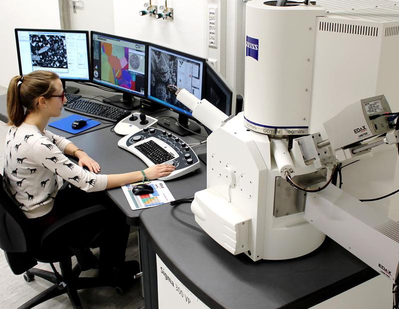 Pressebild: Neues Rasterelektronenmikroskop an der Hochschule Aalen.