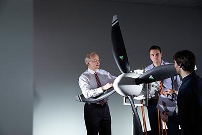 Siemens-Forscher haben einen neuartigen Elektromotor entwickelt, der bei einem Gewicht von nur 50 Kilogramm rund 260 Kilowatt elektrische Dauerleistung liefert – fünfmal so viel wie vergleichbare Antriebe.