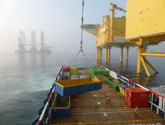 Rhenus Offshore Logistics organisiert die Ver- und Entsorgung von Plattformen in den Offshore-Windparks und der dort im Einsatz befindlichen Errichterschiffe ab sofort zu festen Preisen. Copyright: COG Offshore A/S.