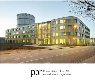 Bildunterschrift: Stadtwerke_Luebeck_01: Von der Umgebung abgesetzt: Hell und freundlich präsentiert sich der Neubau inmitten des Industriegebiets.