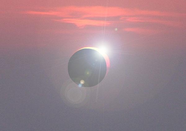 Die genauen Uhrzeiten und der Bedeckungsgrad sind Standortabhängig, in Berlin beginnt die Sonnenfinsternis um 9:38 Uhr, der maximale Bedeckungsgrad von 74 Prozent wird um 10:48 Uhr erreicht, um 11:58 Uhr endet die Sonnenfinsternis. / Bild: HB