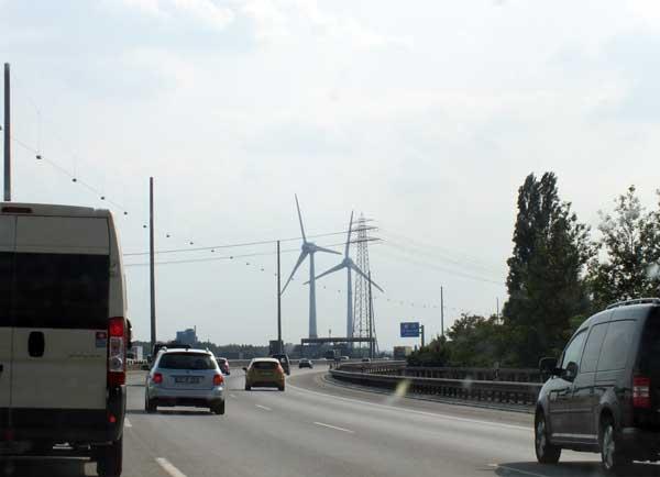Schon jetzt stehen Windanlagen an der Bundesautobahn A7 / Foto: HB