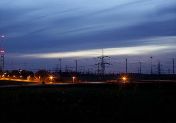 380 kV-Leitung und Windräder, Nachtaufnahme westlich von Berlin an der Autobahn A10 © 50Hertz Transmission GmbH