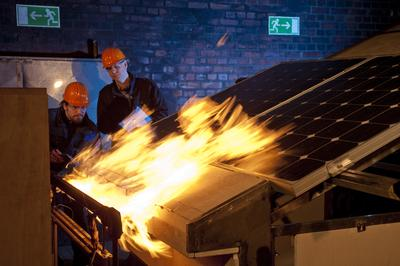 TÜV Rheinland führt gemeinsam mit den Fachleuten von Currenta in Leverkusen Brandschutztests an Solarmodulen durch. Foto: TÜV Rheinland