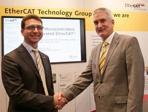 Maurizio Skerlj, Senior Director, Industrie- und Multimarket-Mikrocontroller, Infineon Technologies AG und Martin Rostan, Executive Director EtherCAT Technology Group. / Pressebild