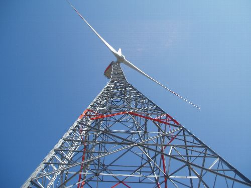 Größere Höhen für Windkrafttürme Für den Energiesektor bietet ArcelorMittal Europe – Long Products eine neue Palette an Stahlprodukten für die Gittermasten von Windturbinen. Sie erhöhen die Steifigkeit, sodass Windräder in bis zu 180 Meter Höhe gebaut werden können. Besonders in Onshore-Windparks nutzen solch hohe Turbinen stärkere aber weniger turbulente Winde und erzeugen so eine größere Menge an Strom.