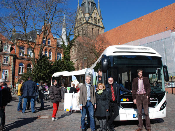 Bildunterschrift: Carsten Redlich (cambio GmbH), Svetlana Krätzschmar (Stadtpräsidentin), Paul Hemkentokrax (Aktiv Bus GmbH) und Henning Brüggemann (Klimapakt Flensburg) freuten sich über das große Interesse an der Präsentation des nachhaltigen Mobilitätsangebotes. Foto: Klimapakt Flensburg
