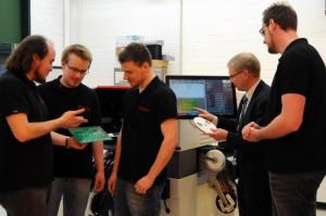 Die Projektmitarbeiter Urs Obernolte, Jan-Niklas Koch, Simon Cepin, Professor Holger Borcherding und Benjamin Kassner (v.l.) fertigen die Platinen, die im Projekt Luftstrom benötigt werden, an.