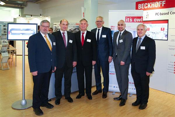 Bildunterschrift (v.l.n.r.): Prof. Dr. Friedhelm Meyer auf der Heide, Prof. Dr. Ansgar Trächtler (beide Heinz Nixdorf Institut), Dr. Eduard Sailer (Geschäftsführer Miele), Prof. Dr. Jürgen Gausemeier (Vorsitzender Clusterboard it´s OWL), Dr. Roman Dumitrescu (Geschäftsführer it´s OWL Clustermanagement GmbH) und Prof. Dr. Reiner Anderl (TU Darmstadt) zogen ein positives Fazit des ersten Fachkongresses Industrie 4.0 in der Praxis.