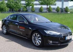 Elektroauto-Zwillinge erweitern Bosch-Fuhrpark Zwei neue Erprobungsfahrzeuge auf Basis Tesla Model S dienen den Bosch-Ingenieuren zur weiteren Entwicklung des automatisierten Fahrens.