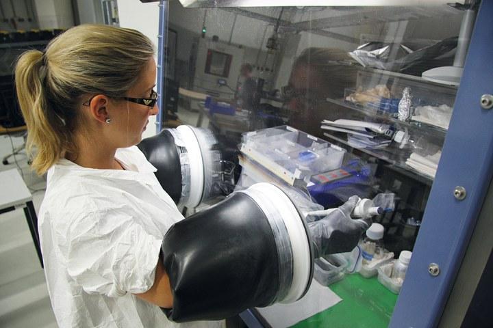 Mitarbeiterin des Fraunhofer ISE an der Glovebox bei der Elektrolytbefüllung von Lithium-Ionen-Zellen vor der elektrischen Formierung. ©Fraunhofer ISE