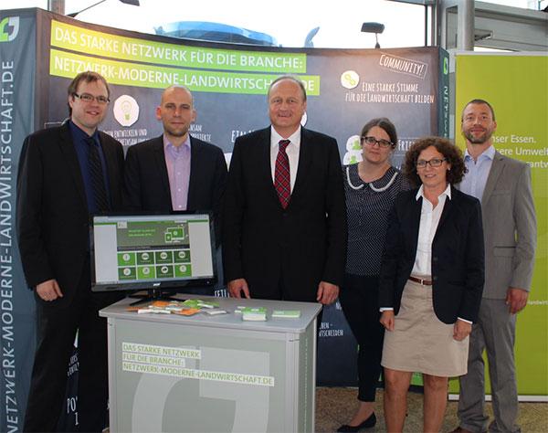 Bildtext: FORUMS-Vorsitzender Joachim Rukwied mit dem Bauerntags-Team des Forums Moderne Landwirtschaft. Quelle: FORUM