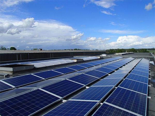 Der für KRENSA jedoch entscheidendste Faktor: Die CO2-Bilanz bessert sich durch die Solaranlage nachhaltig. Bei einem CO2-Faktor von mindestens 650 gr./kWh vermeidet das Unternehmen einen jährlichen CO2-Ausstoß in Höhe 78.000 kg. / Pressebild