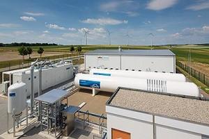 """Der Energiepark Mainz gilt als wichtiger Baustein der Energiewende. Das weltweitgrößte Elektrolysesystem seiner Art wandelt """"überschüssige"""" Erneuerbare Energie durch die Zerlegung von Wasser in Wasserstoff. Dieser kann gespeichert und später bedarfsgerecht verwendet werden. Damit werden Erneuerbare Energien flexibler einsetzbar und stehen dann zur Verfügung, wenn sie gebraucht werden. Im Bild zu sehen sind alle technologischen Komponenten der beteiligten Partner. / PRESSEBILD: Siemens"""