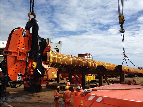CAPE Holland's Vibro Lifting Tool stabbed onto the final pile, ready for upending and lifting to the seabed 90m below. / Pressebild: