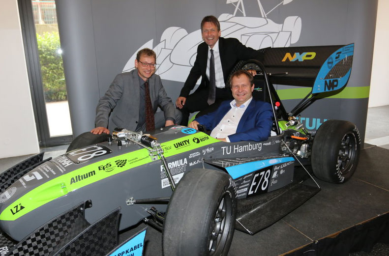 Vize-Präsident der TUHH, Umweltsenator Jens Kerstan und Lars Reger von NXP im neuen Wagen von e-gnition. Foto: TUHH/C. Bittcher