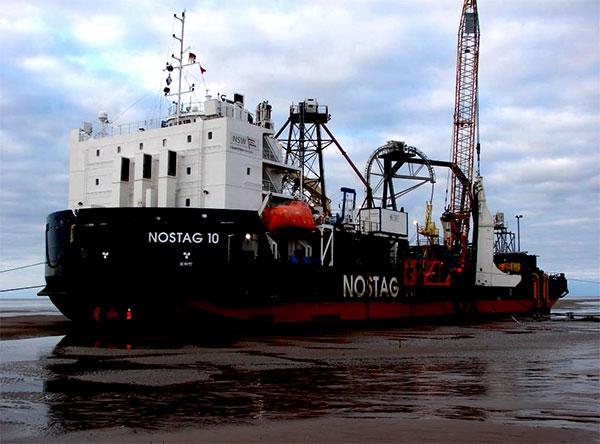 Die Installation erfolgt mit der Kabellege-Barge NOSTAG10, die speziell für flache und küstennahe Gewässer ausgelegt ist. Sie wird in Wassertiefen von 2,5 – 10 Metern operieren. / Pressebild: NSW