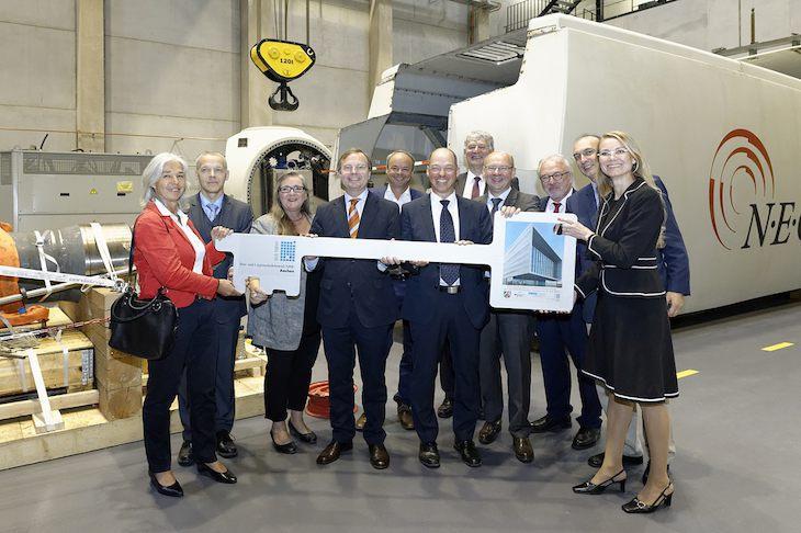 Einweihung des Center for Wind Power Drives, CWD. Der Bau- und Liegenschaftsbetrieb NRW (BLB NRW) Aachen überreicht den Schlüssel zum Forschungsbau an die RWTH. Herzstück des neuen Gebäudes auf dem Campus Melaten ist der 4-Megawatt-Prüfstand für Windenergieanlagen. / Pressebild