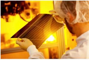 Mit der transparenten Variante von Heliatek's flexibler organischer Solarfolie kann das Einsatzgebiet um Fenster bzw. verglaste Fassaden zur Energiegewinnung für energieneutrale umweltfreundlichere Gebäude deutlich erweitert werden
