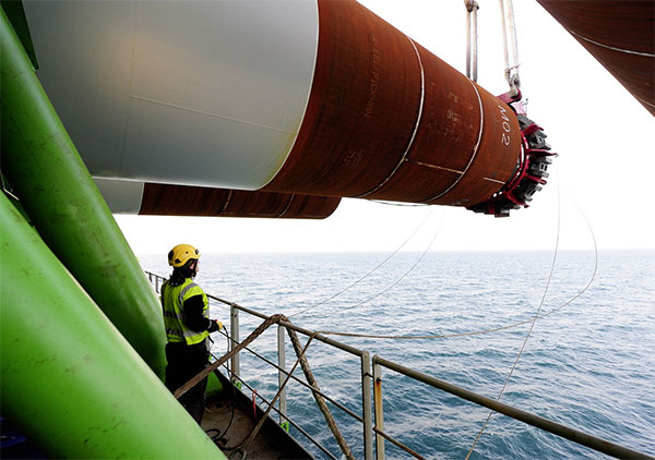 Last foundation installed at Gode Wind 1 and 2 / Pressebild: Dong Energy