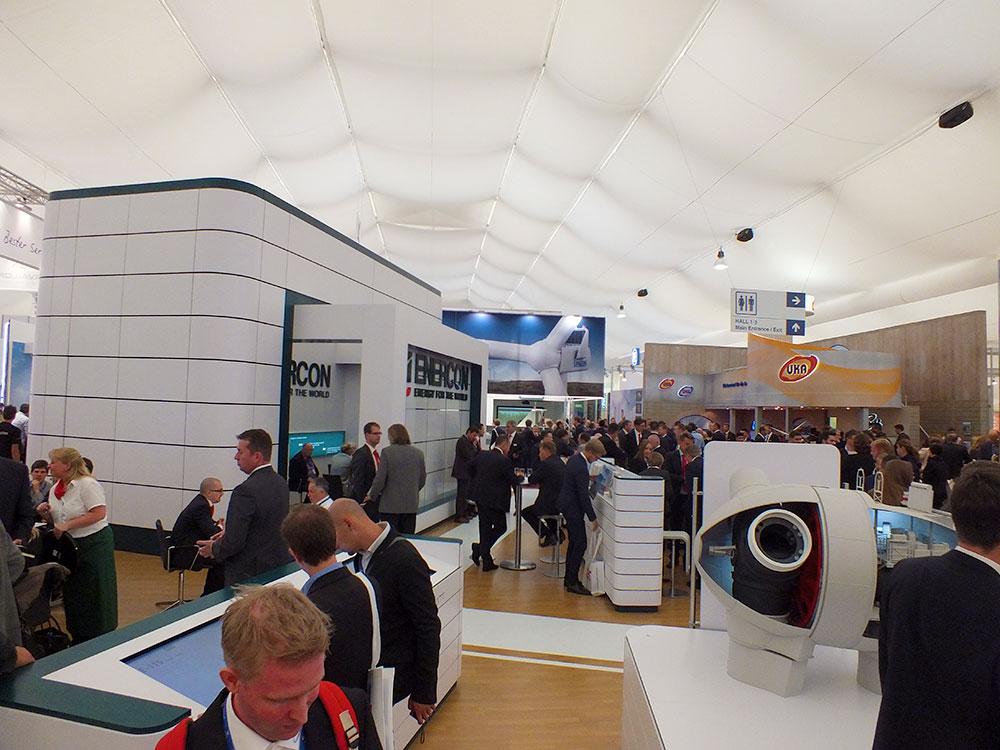 Die Windindustrie boomt und kommt mit neuen Inovationen, wie hier auf der Windmesse in Husum / Foto: HB