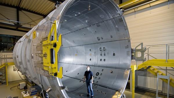 Ein Triebwerk, das zu den effizientesten existierenden Raumfahrtantrieben zählt, ist im Deutschen Zentrum für Luft und Raumfahrt (DLR) Göttingen von Airbus getestet worden. / Pressebild: DLR
