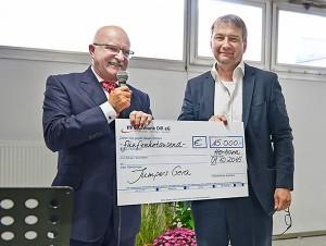 Friedemann Hensgen, Vorstandsvorsitzender der Rittal Foundation, übergab den Scheck über 15.000 Euro an Thorsten Riewesell, Vorstandsvorsitzender von Jumpers. / Pressebild:Rittal