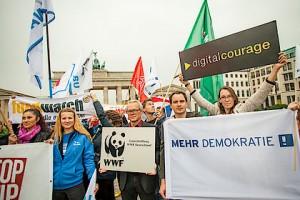 Hatten die deutschen Regierungspartein mit maximal 10.000 Demonstranten gerechnet, so muss die 25-fache Anzahl wie ein Weckruf an die Regierung verstanden werden, ob dieser bei Merkel und CO gehört wird odereinfach wieder ausgesessen wird bleibt abzuwarten. HB / Pressebild: BUND