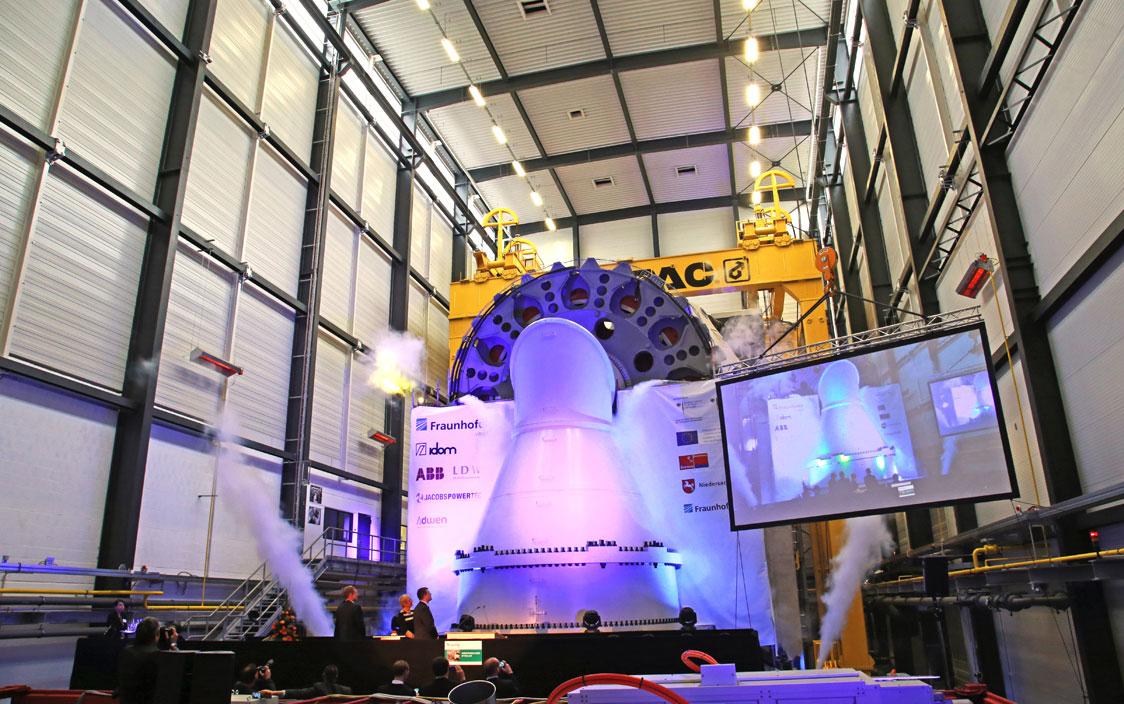 Feierliche Einweihung mit Nebelmaschine und Lichtshow: Der Betrieb startete mit der elektrischen Zertifizierung des Generators der Firma Jacobs Powertec nach Richtlinien der Fördergesellschaft Windenergie. © Anna Durst, BINE Informationsdienst