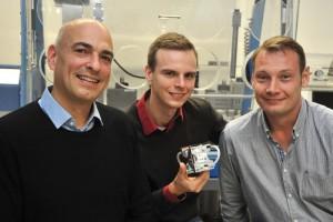 Das Jenaer Forscherteam (v. l.) Prof. Dr. Ulrich S. Schubert, Tobias Janoschka und Dr. Martin Hager mit der neuen Batterie. / Foto: Anne Günther/FSU