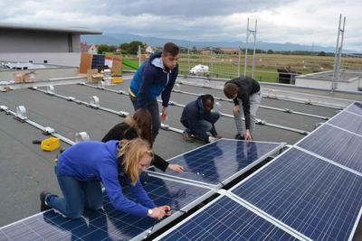 Schülerbauen Solaranlage / Pressebild: Krannich Solar GmbH & Co. KG