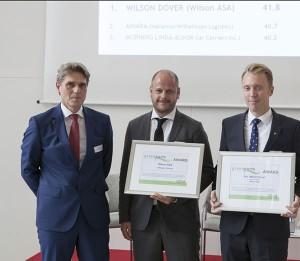 Preisverleihung in Bremen: bremenports-Geschäftsführer Robert Howe (links) mit Wilson-Geschäftsführer Thorbjorn Dalsoren (Bildmitte) und Henrik Orth vom Chartering Department der Reederei. / Pressebild: bremenports