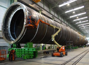 XXL-Produkte: Rohre aus armdicken Stahlblechen fertigt die EEW Special Pipe Constructions GmbH in Rostock. Bis zu 10 Meter Durchmesser: Die XXL-Rohre dienen als derzeit kostengünstigste Fundamentstruktur für Offshore-Windparks. (Foto: EEW SPC)