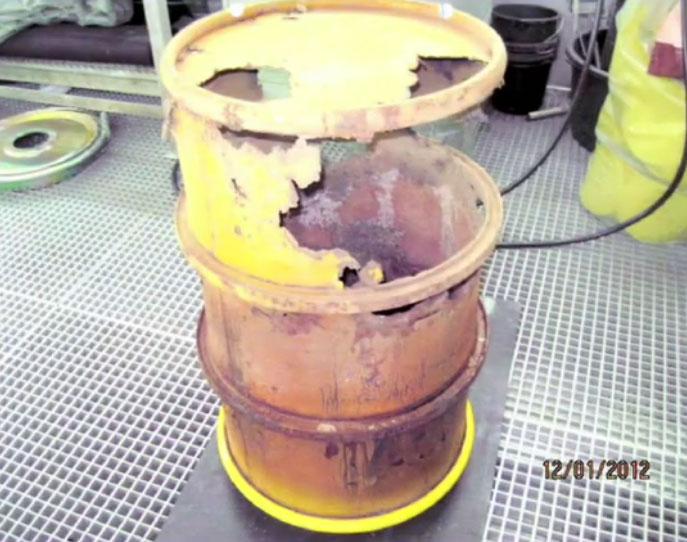 Eins von mehr als 200 beschädigten Atommüllfässern im Zwischenlager von Vattenfall