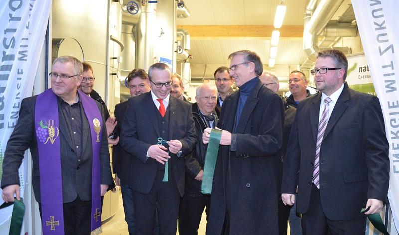 V.l.n.r.: Pfarrer Ignacy Kobus, Ronny Metzner (ZukunftsEnergie Marktschorgast), Dr. Banning (NATURSTROM AG), Marc Benker (ZukunftsEnergie Marktschorgast) / Pressebild