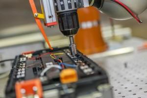 Demontage einer Batterie für Elektrofahrzeuge TU Braunschweig