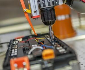 Pressebild: Demontage einer Lithium-Ionen-Batterie Demontage einer Batterie für Elektrofahrzeuge
