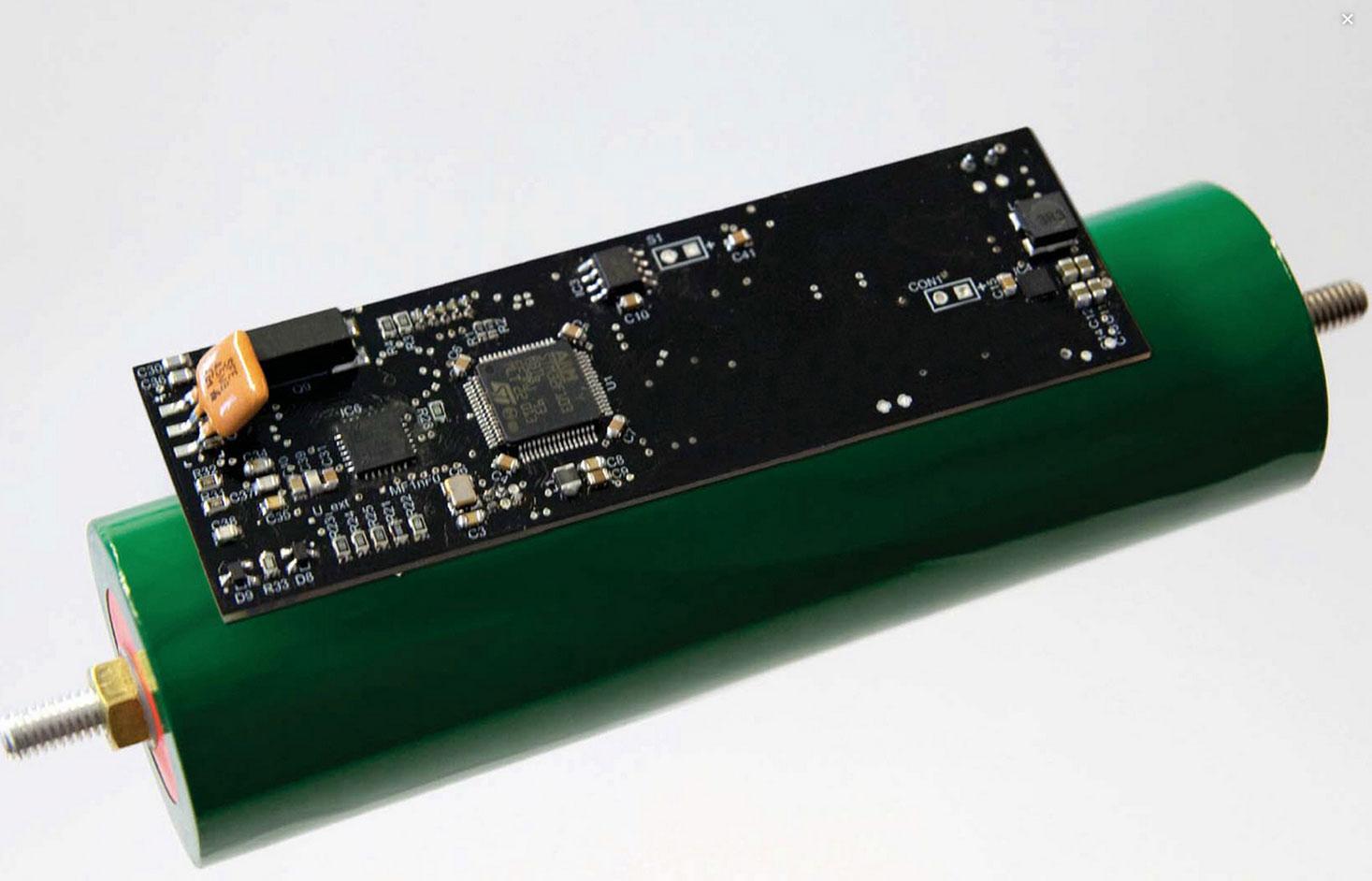 Die Batterie ist das Herzstück des Elektroautos. Fraunhofer-Forscher haben einen Stromspeicher entwickelt, der über den gesamten Lebenszyklus deutlich kostengünstiger sein soll als bisherige Modelle. Ist eine der über hundert Batteriezellen defekt, lässt sie sich einfach austauschen. Bisher wird der gesamte Akku ausgewechselt.