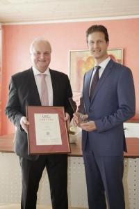 Martin Seitz (li.), 1. Bürgermeister der Gemeinde Gerolsbach, nahm die Auszeichnung von Stefan Detig, Partner bei der LKC-Gruppe, im Gerolsbacher Rathaus entgegen / Pressebild