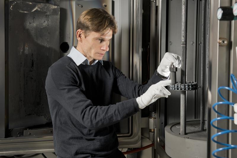 Die IWS-Arbeiten konzentrieren sich auf die Entwicklung von selbstschmierenden Schichtsystemen auf der Basis harter Kohlenstoffschichten / © Frank Höhler / Fraunhofer IWS Dresden