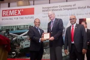 Offizielle Eröffnung der REMEX-Recyclinganlage in Singapur (v.l.n.r.): Umweltminister Masagos Zulkifli, Norbert Rethmann, Ehrenaufsichtsratsvorsitzender des RETHMANN-Konzerns, und Venkat Patnaik, Geschäftsführer REMEX Minerals Singapore Pte. Ltd. / Pressebild