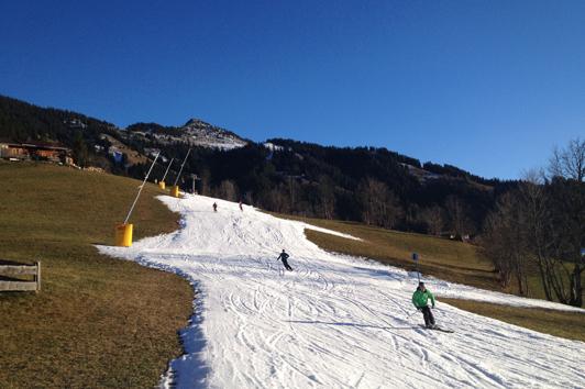 Skifahren auf beschneiter Piste © DAV/Stefan Herbke