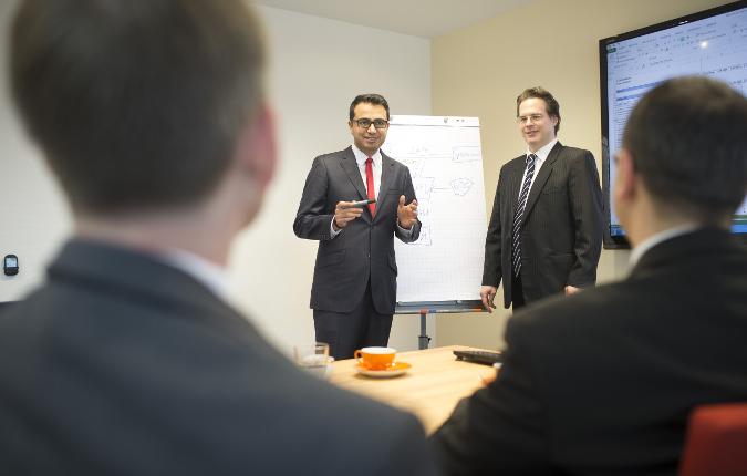Dr. Karsten Schlageter (rechts im Bild) leitet die Abteilung für internationale Geschäftsentwicklung, Alireza Taheri (links) ist zuständig für den Iran. / Pressebild